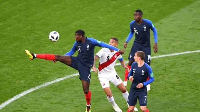 Pháp (áo xanh) đã giành vé đi tiếp sau hai trận toàn thắng