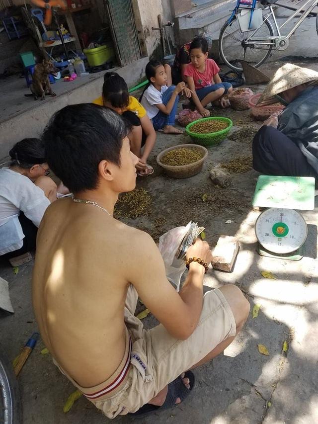 Anh Nguyễn Văn Huỳnh – chủ 1 cơ sở thu mua châu chấu đang đợi hàng từ Nghệ An, Thanh Hóa.