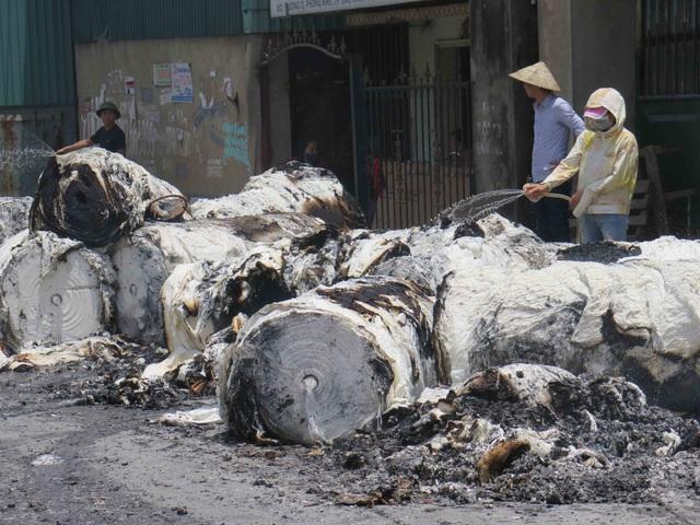 Đám cháy đã thiêu rụi hàng trăm quả giấy.