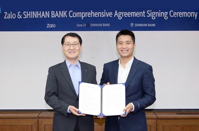 Ông Vương Quang Khải – Phó Tổng Giám đốc thường trực VNG, lãnh đạo Zalo cùng đại diện tập đoàn Shinhan tại Hàn Quốc trong buổi kí kết
