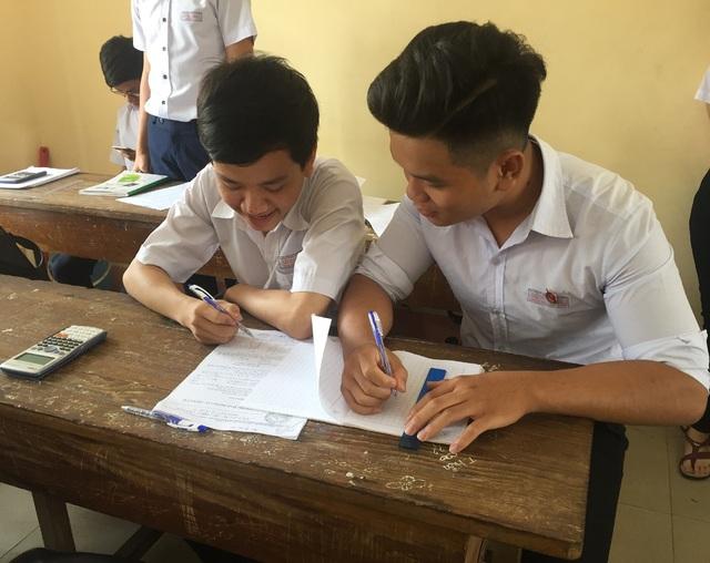 Em Trịnh Xuân Hùng (bên trái) là học sinh lớp 12A2, trường THPT Sông Ray, huyện Cẩm Mỹ, tỉnh Đồng Nai.