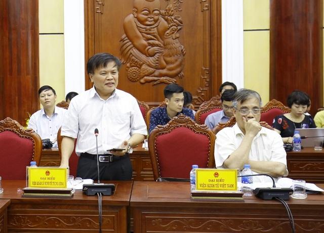 TS Nguyễn Đình Cung (đứng) và Trần Đình Thiên, các thành viên trong Ban Tư vấn của Thủ tướng tham gia cuộc kiểm tra của Tổ công tác