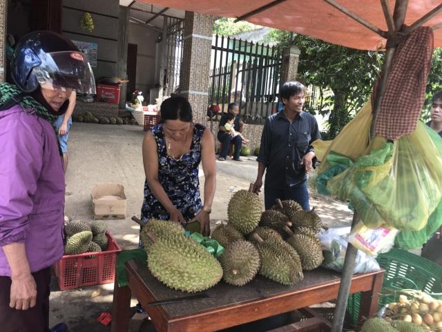 Nhiều người mua rất hào hứng vì được ăn sầu riêng xả láng, đem bán hạt thì được gần giá trị mua ban đầu