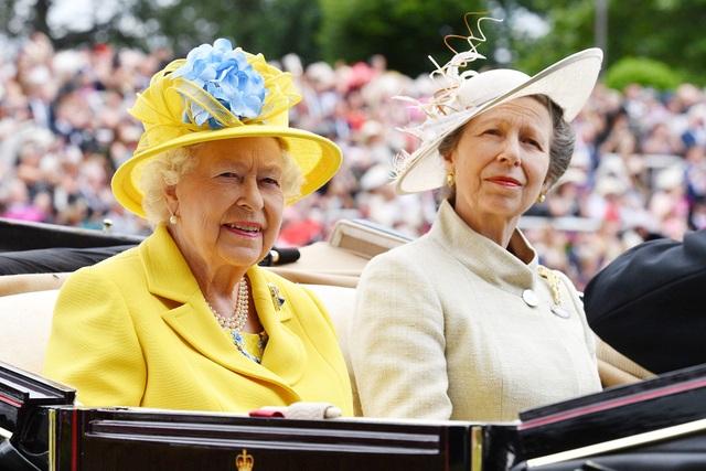 Nữ hoàng Elizabeth và công chúa Anne