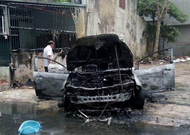 Hiện trường chiếc xe ô tô bị bốc cháy