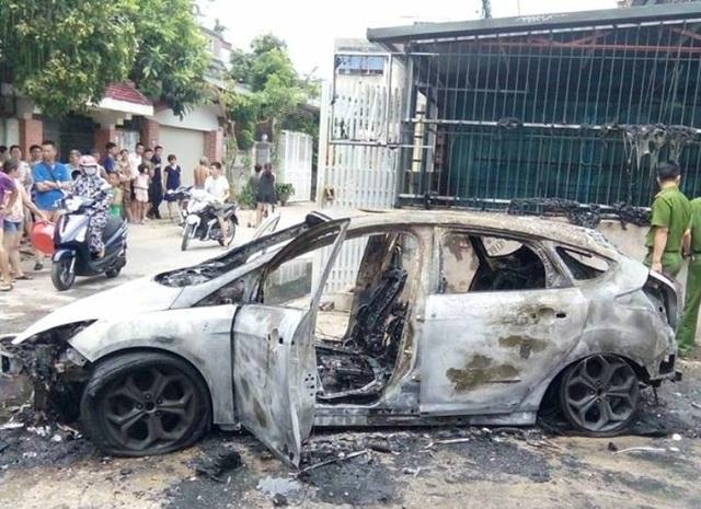 Chiếc xe bị ngọn lửa thiêu rụi