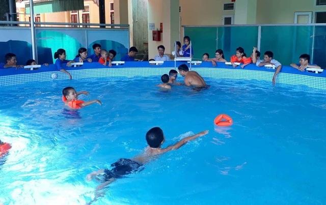 Các em nhỏ tích cực được tập bơi tại thị xã Hồng Lĩnh