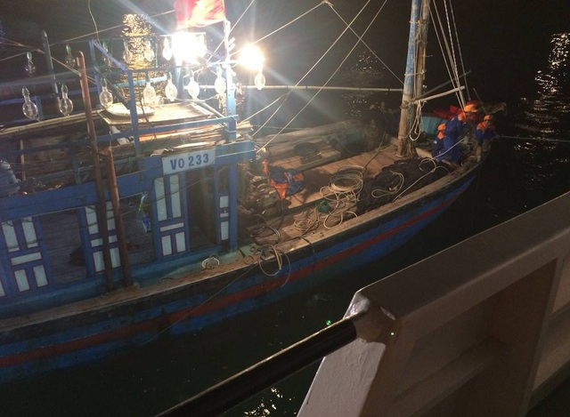 Vào ngày 16/6, chiếc tàu cá mang số hiệu NA93061TS khi đang hành nghề đánh bắt trên vùng biển đánh cá chung giữa Việt Nam và Trung Quốc bị gãy trục láp, mất khả năng điều động.
