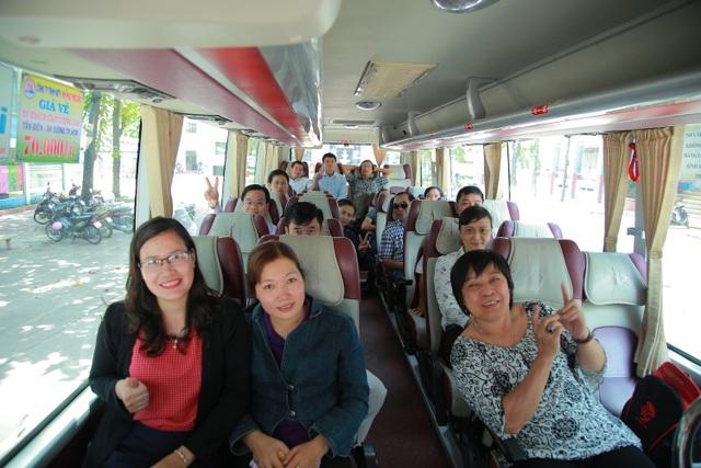 Cũng trong sáng nay, trường ĐH Công nghiệp Thực phẩm TPHCM bắt đầu nhiệm vụ về địa phương phục vụ kỳ thi THPT quốc gia. Trong ảnh: Giảng viên trường ĐH Công nghiệp Thực phẩm TPHCM trên chuyến xe về tỉnh Tây Ninh công tác.
