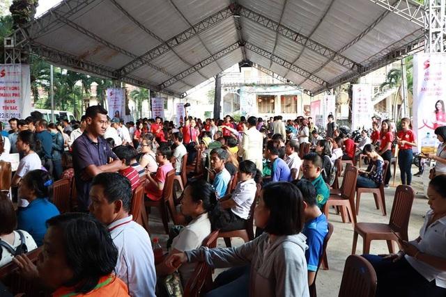 Rất đông người dân thành phố với đủ thành phần, lứa tuổi đến tham gia hiến máu nhân đạo