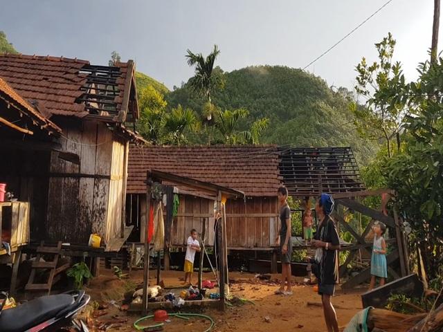 Trận lốc xoáy càn quét qua xã Ba Nam khiến 100 nhà dân hư hỏng