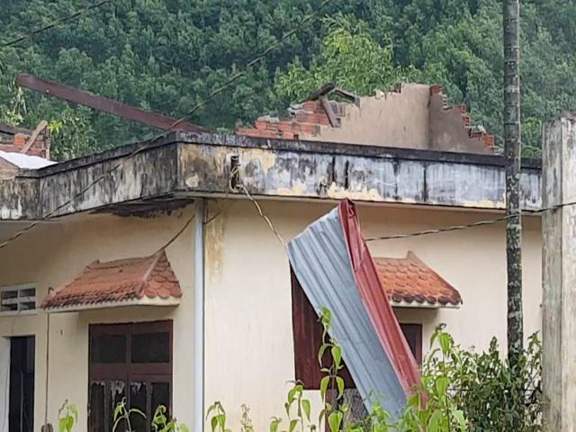 Trạm Y tế, Bưu điện văn hóa xã Ba Nam cũng bị cuốn bay mái, nhiều thiết bị hư hỏng
