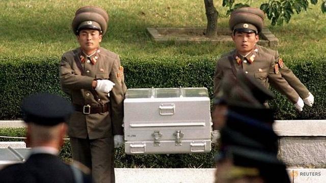 Các binh sĩ Triều Tiên khiêng quan tài chứa hài cốt được tin là của binh sĩ Mỹ trong lễ bàn giao hài cốt năm 1998 (Ảnh: Reuters)