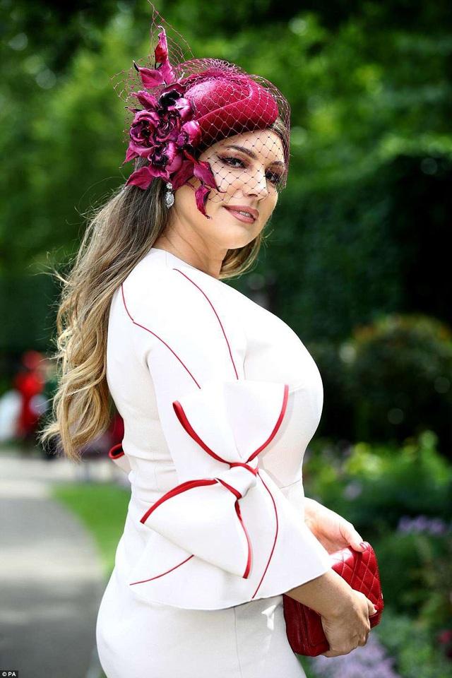 Kelly Brook sành điệu và kiêu sa đi xem đua ngựa tại Berkshire, Anh quốc ngày 21/6 vừa qua