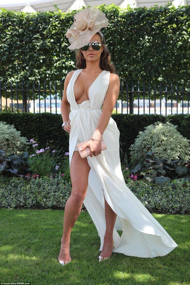 Vẻ nóng bỏng của người đẹp này giúp cô thu hút nhiều sự chú ý của phóng viên ảnh