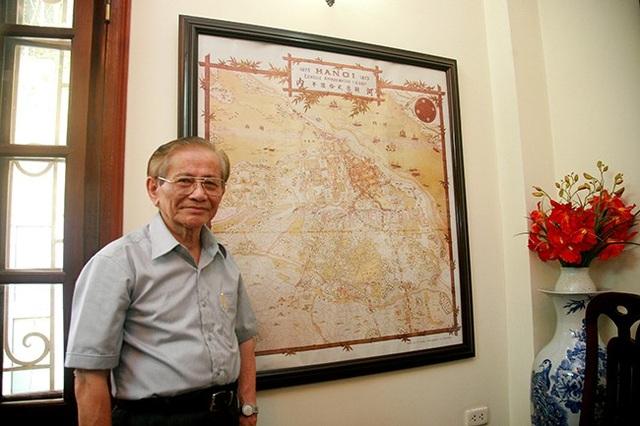 GS. Phan Huy Lê bên tấm bản đồ cổ về Hà Nội (Ảnh: Bùi Tuấn)