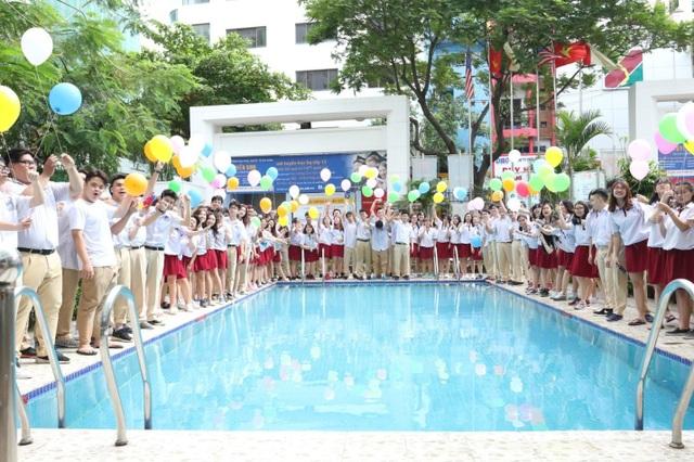 Học sinh khối 12 Trường Quốc tế Á Châu chụp ảnh kỷ niệm.