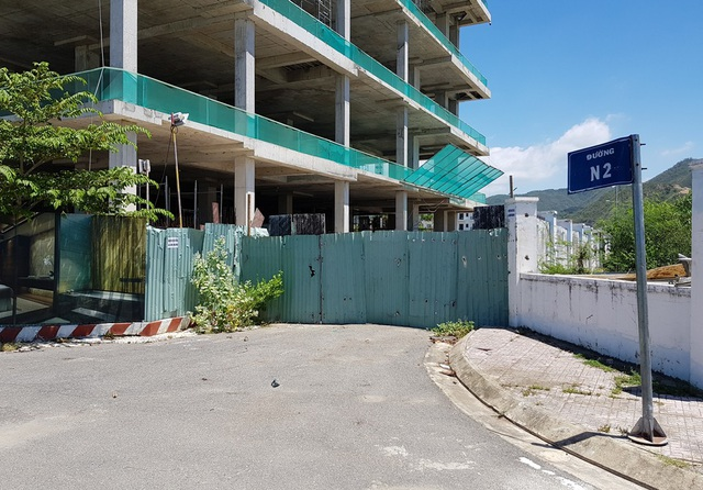 Đường N2 nằm ở khu đô thị mới Vĩnh Hòa (TP Nha Trang) bất ngờ bị rào chắn, không còn lối đi xuống biển cho dân