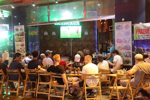 Kể từ ngày bắt đầu diễn ra World Cup, lượng du khách đổ về phố tây Tạ Hiện tăng mạnh khiến không khí tại đây mỗi buổi tối sôi động và náo nhiệt. (Ảnh: Dân Việt)