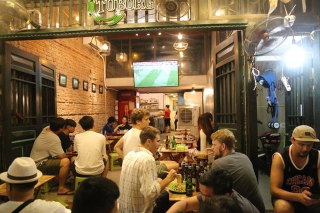 Những khung giờ diễn ra các trận đấu World Cup, hàng quán tại các khu phố ẩm thực như Tạ Hiện, Mã Mây, Lương Ngọc Quyến luôn chật cứng du khách yêu bóng đá. Nhiều du khách tỏ ra choáng ngợp trước không khí bóng đá sôi động tại Việt Nam mặc dù đội tuyển Việt Nam không tham dự World Cup (Ảnh: Dân Việt)