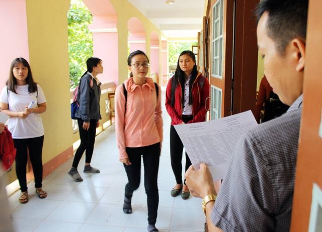 Thí sinh được gọi vào phòng thi để làm thủ tục tại điểm thi THPT Nguyễn Huệ (TP. Tuy Hòa, tỉnh Phú Yên).