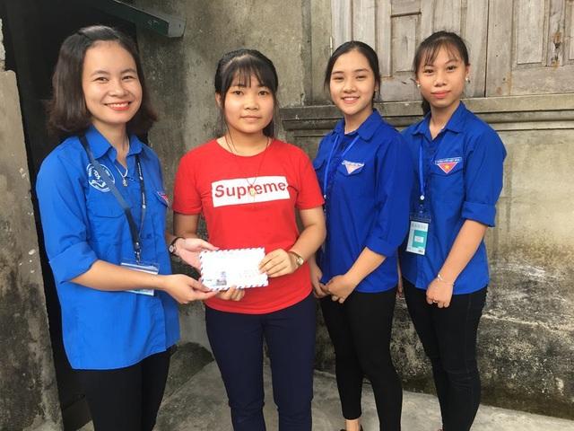 Các bạn sinh viên, tình nguyện viên cũng đã kêu gọi hỗ trợ cho 7 em thí sinh có hoàn cảnh khó khăn ở huyện Can Lộc, mỗi suất quà 400.000 đồng