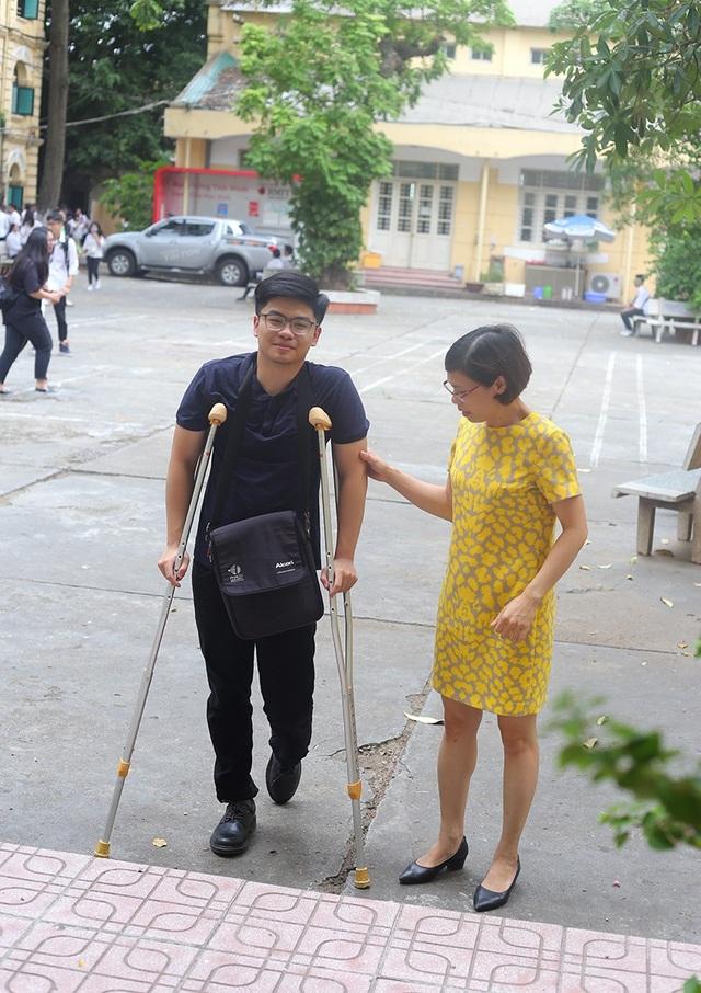Nam sinh bị gãy chân phải dùng nạng đi thi