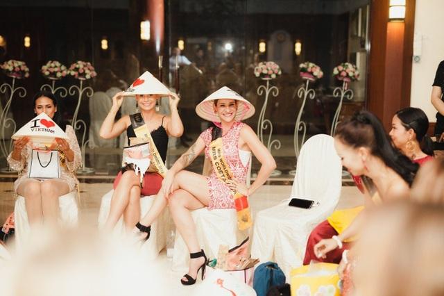 Món quà này khiến các thí sinh rất thích thú và bày tỏ mong muốn sẽ đến Việt Nam du lịch trong tương lai không xa.