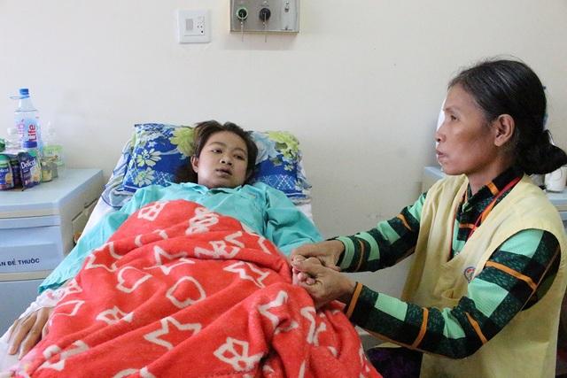 Người mẹ trẻ đang cố níu kéo sự sống qua từng hơi thở