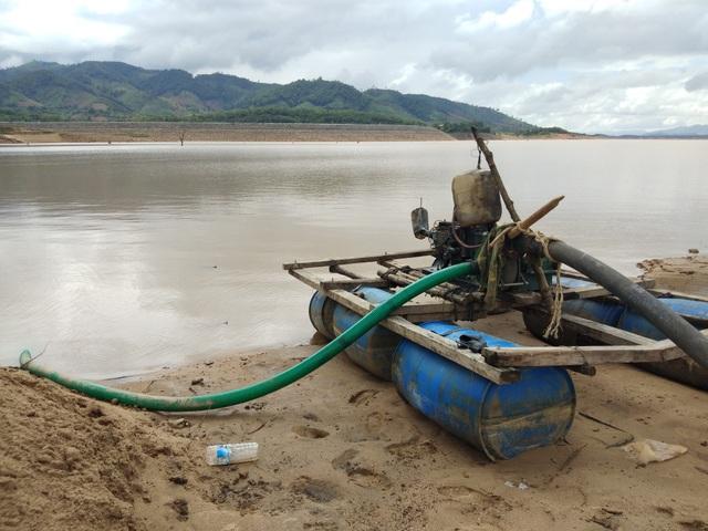Những chiếc máy hút cát tận thu cát dưới lòng hồ