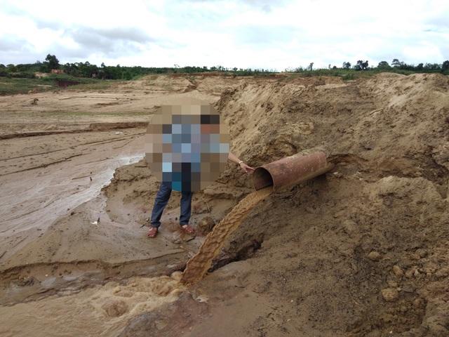 Các doanh nghiệp và hộ gia đình tận thu cát dưới lòng hồ thủy điện