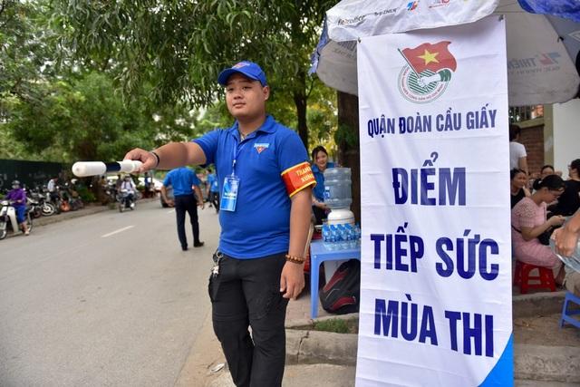 Ở phía cổng trường có sự tham gia chỉ dẫn phân luồng giao thông của một số thanh niên tình nguyện của quận đoàn Cầu Giấy (Hà Nội).