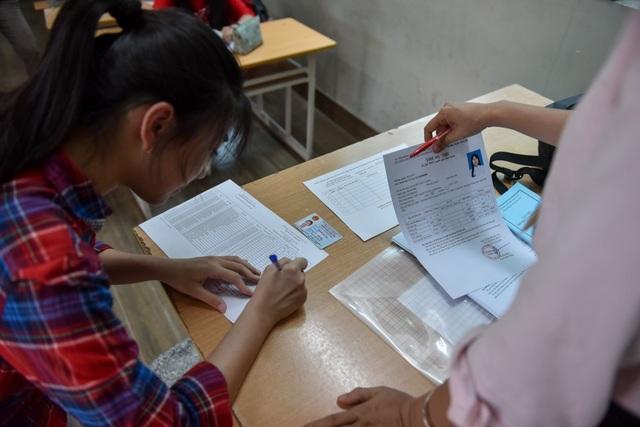 Thí sinh lên kiểm tra thông tin họ tên và các môn thi nhằm giảm thiểu sai sót thông tin trước ngày thi môn đầu tiên.