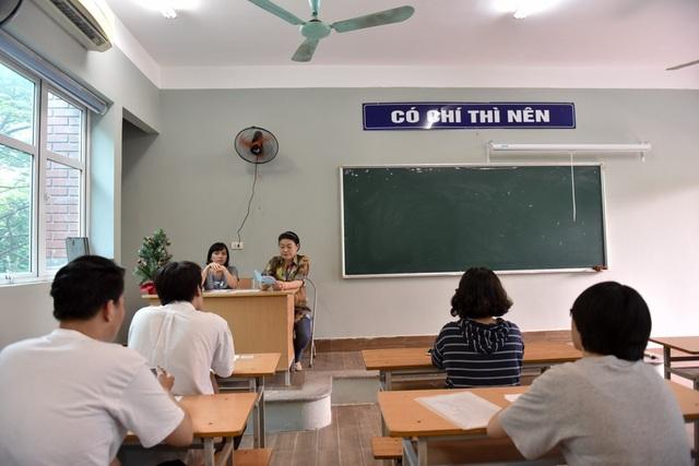Đúng 14 giờ giám thị coi thi đọc phổ biến thông tin nội dung quy chế kỳ thi THPT quốc gia.