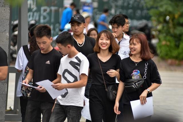 Tại điểm trường THPT Lương Thế Vinh (Hà Nội), một số thí sinh có mặt từ rất sớm.Thông tin nhà trường cho biết với 36 phòng thi và 824 thí sinh thi môn Văn và 825 thi môn Toán.