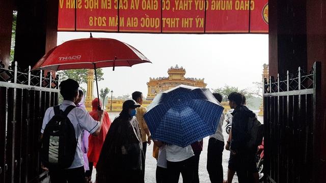 Nhiều thí sinh chưa có áo mưa đứng chờ trước cổng