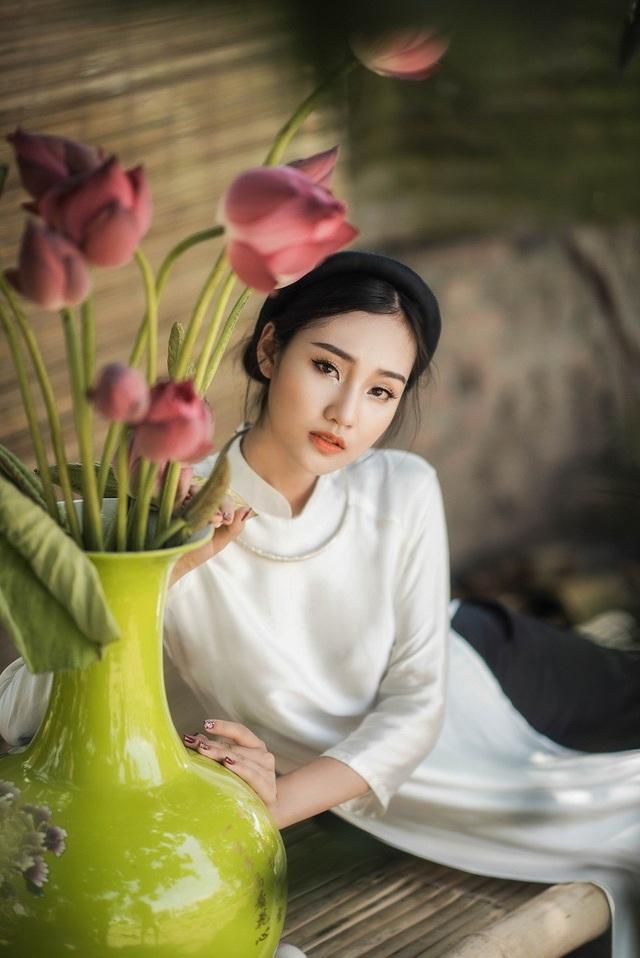 """Bày tỏ quan điểm về xu hướng """"hở bạo"""" của các thiếu nữ khi chụp ảnh hoa sen, Huyền Trang cho rằng: """"Mỗi người có một quan niệm về cái đẹp theo một cách riêng, em không phê phán hay biểu dương hành động đó""""."""