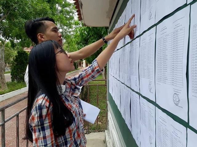 Các thí sinh đối chiếu lại số báo danh, ngày tháng năm sinh cũng như phòng thi. (Ảnh: Xuân Sinh)