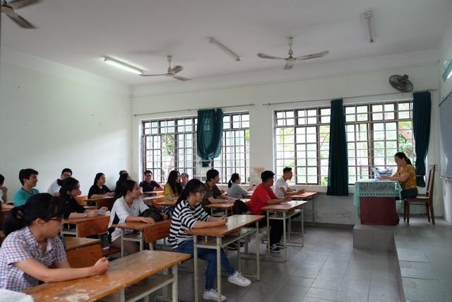 Các thí sinh đến điểm trường làm thủ tục thi THPT quốc gia 2018 tại Đà Nẵng