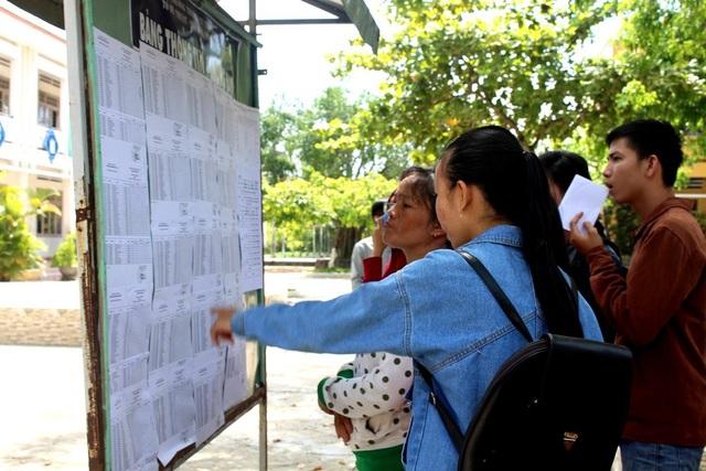 Thí sinh tại Quảng Nam đội nắng đến các điểm trường làm thủ tục dự thi. (Ảnh: Công Bính)