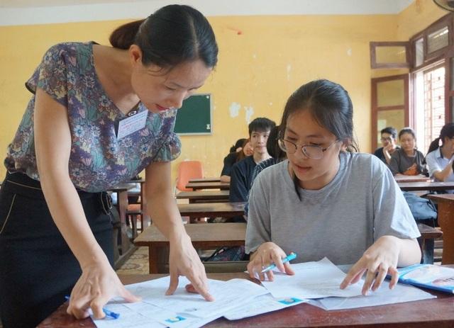 Giáo viên kiểm tra thông tin hồ sơ của thí sinh (Ảnh: Duy Tuyên)