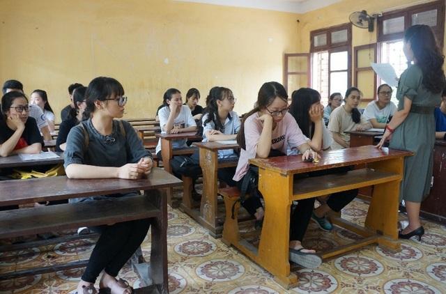 Giáo viên phổ biến quy chế thi cho thí sinh. (Ảnh: Duy Tuyên)