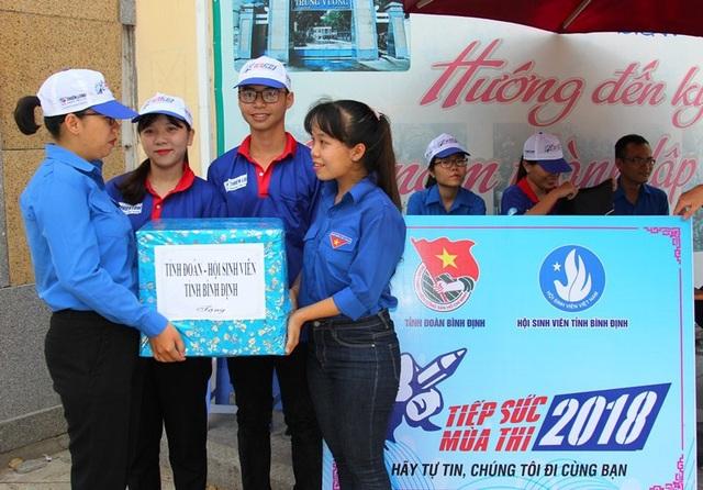 Chị Huỳnh Thị Anh Thảo (ngoài cùng bên trái) - Phó Bí thư Tỉnh đoàn Bình Định thăm tặng quà động viên tại các điểm Tiếp sức mùa thi. (Ảnh: Doãn Công)