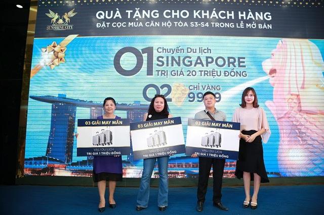 Nhiều khách hàng may mắn nhận quà tặng giá trị trong lễ mở bán Sunshine City