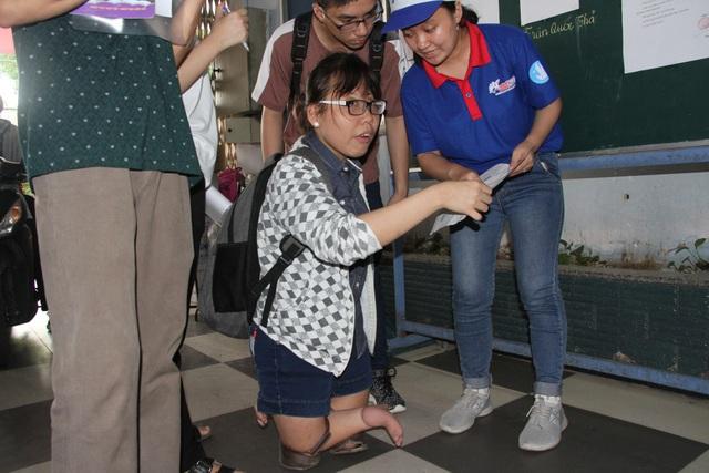 Lọt thỏm giữa các thí sinh tại điểm thi trường THCS Colette nữ sinh Phạm Thị Thu Thủy khá đặc biệt