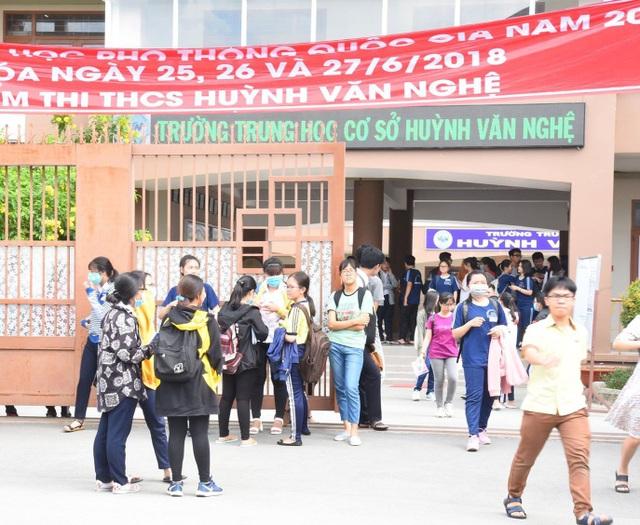 Thí sinh tại điểm thi Trường THCS Huỳnh Văn Nghệ, Gò Vấp, TPHCM đến làm thủ tục thi vào chiều nay
