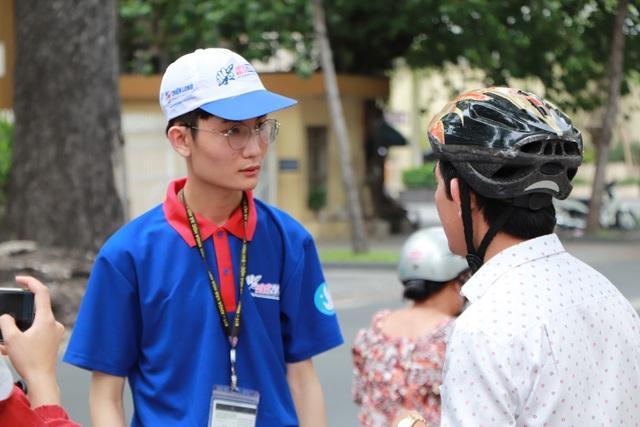 Sinh viên tiếp sức mùa thi của trường ĐH KHXH và NV sẵn sàng hỗ trợ phụ huynh (ảnh Mai Phương)