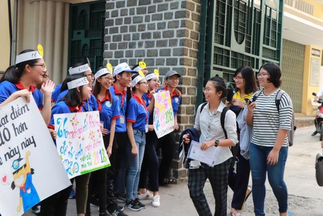 Sinh viên tình nguyện với những bảng khẩu hiệu động viên tinh thần thí sinh (ảnh Mai Phương)