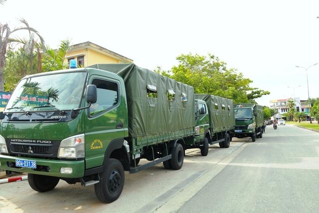 3 xe tải chờ sẵn để đưa đón 75 thí sinh tại đơn vị Cảnh sát cơ động thuộc Bộ Tư lệnh Cảnh sát cơ động phường Thuỷ Lương, thị xã Hương Thuỷ, tỉnh Thừa Thiên Huế thi THPT Quốc gia