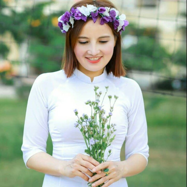Chị Minh xinh đẹp trẻ trung khi chụp ảnh kỷ yếu với lớp học. (Ảnh: NVCC)